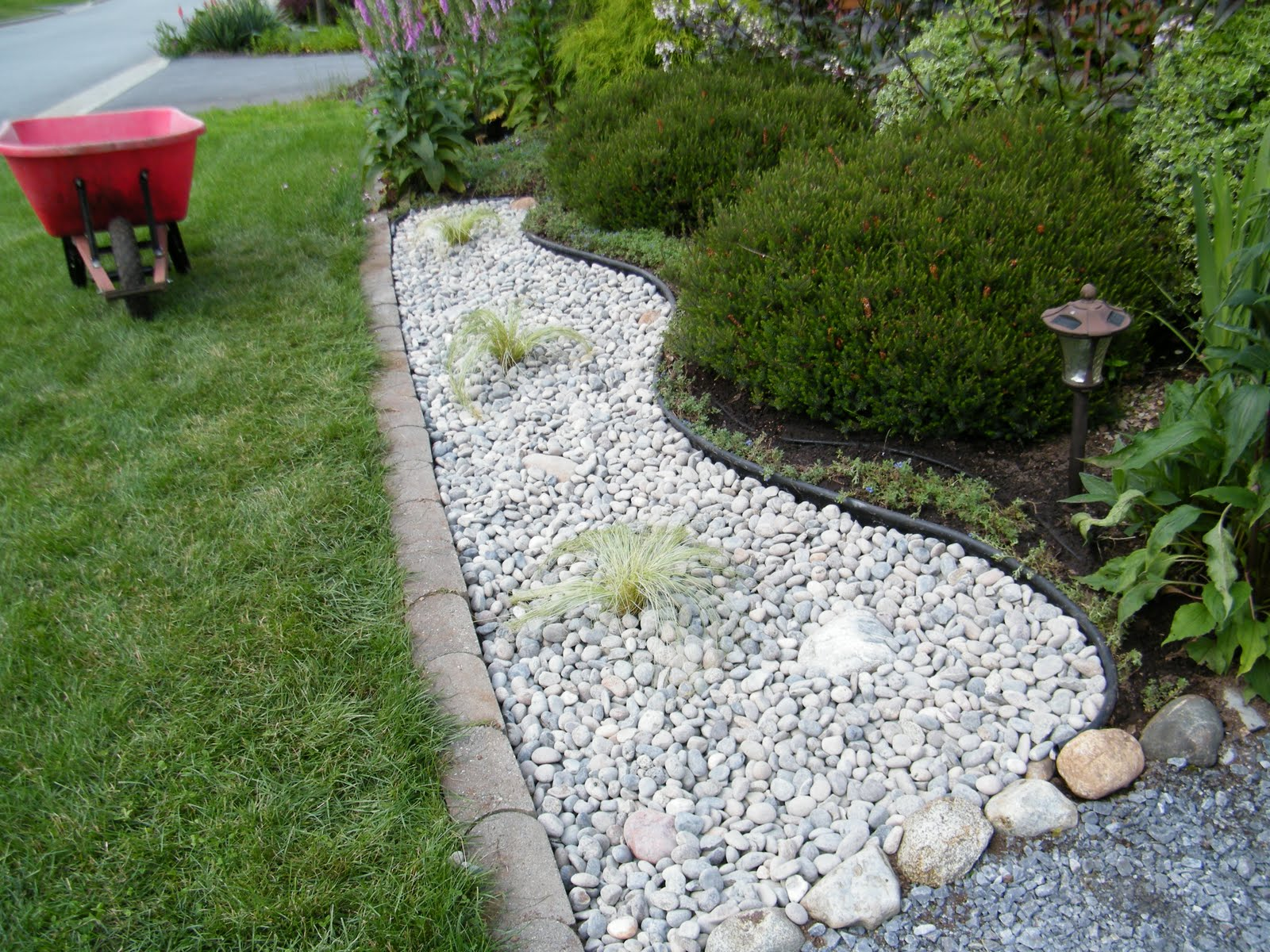 large river rocks landscaping photo - 2
